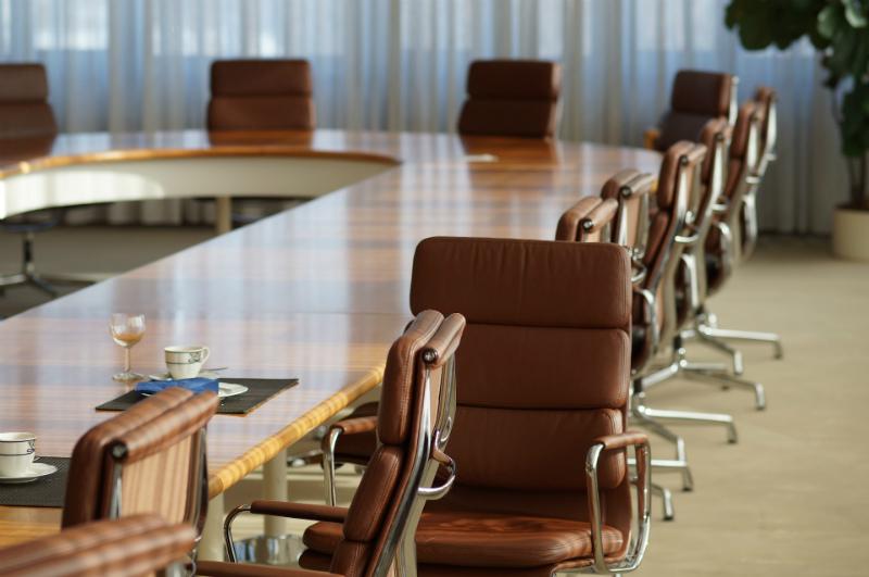 vergaderstoelen met grote vergadertafel